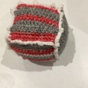Mini cube pour bébé en laine  fabriqué par nos tricoteuses du mardi